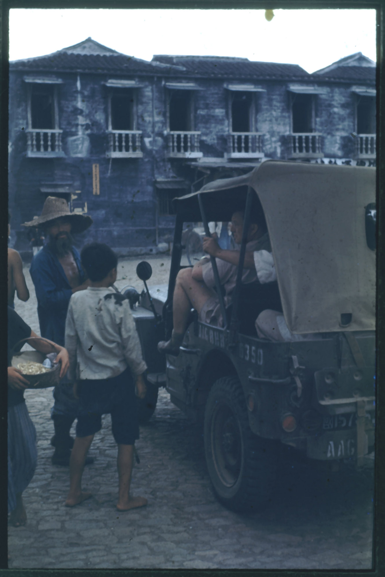 Hiller 09-095 : Jeep driver speaking with locals<br /> Primary tabs