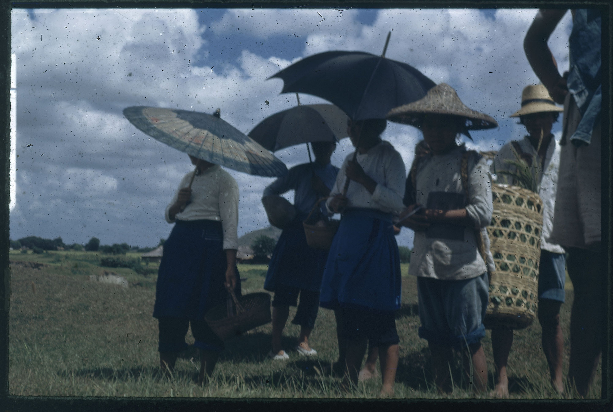 Hiller 09-099 : Standing people with umbrellas and hats