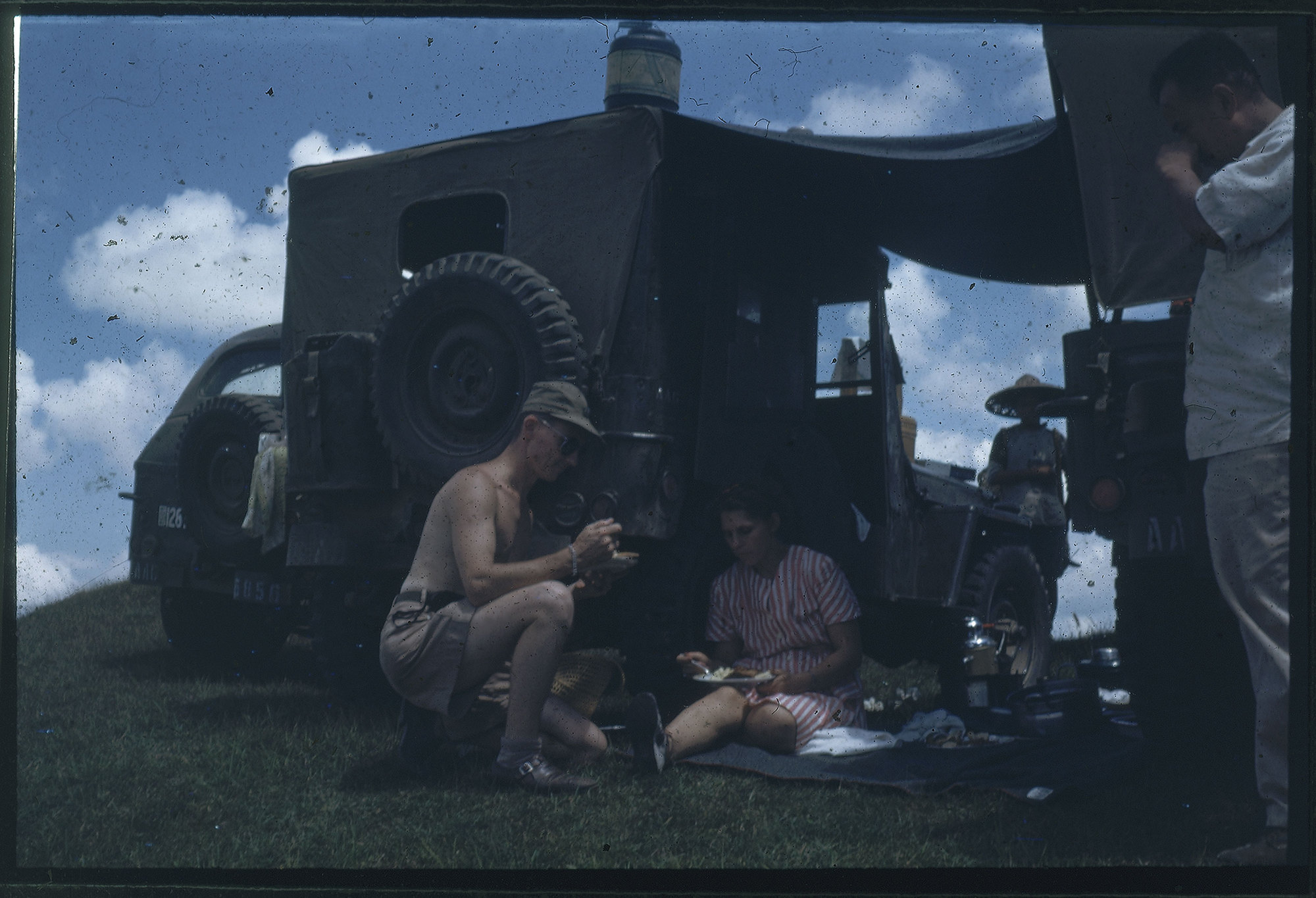 Hiller 09-098 : Meal break behind jeeps