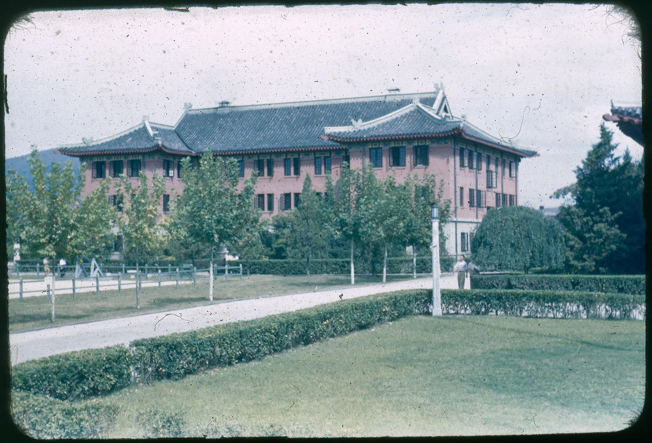 Hiller 09-007: Reddish building with flying eaves in Nanking