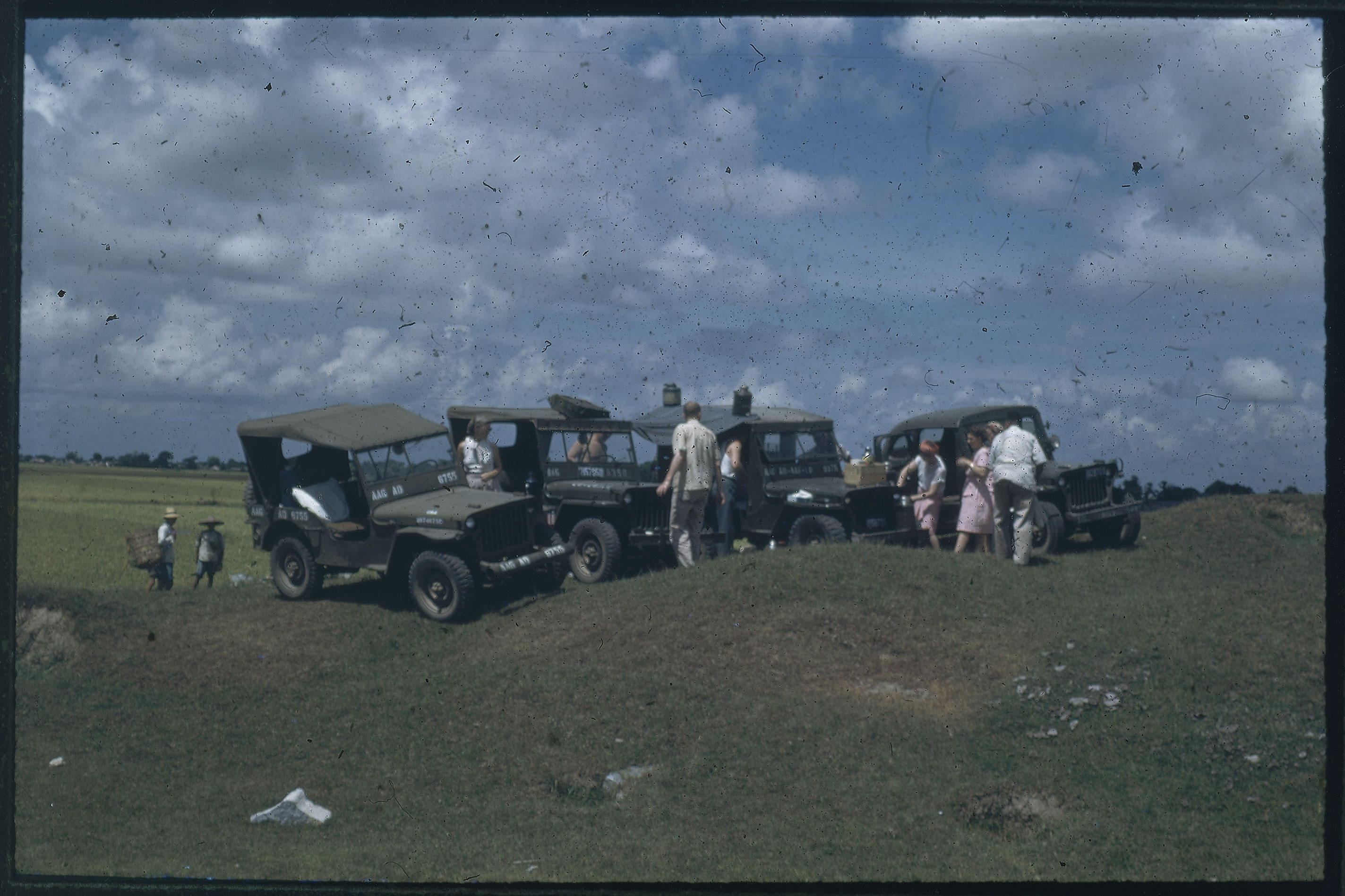 Hiller 09-097 : Stopped jeeps and people resting on country road 2